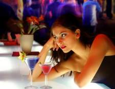 Как привлечь внимание мужчины в баре